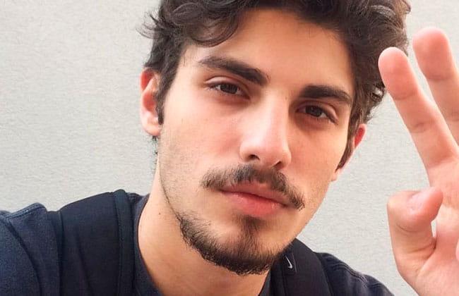hombre con estilo de corte de barba balbo o ancla