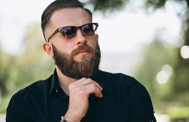 hombre con estilo de corte de barba completa