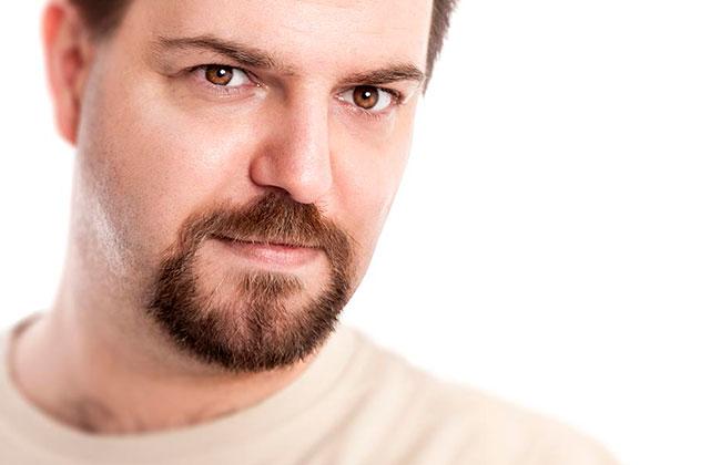hombre con estilo de corte de barba candado