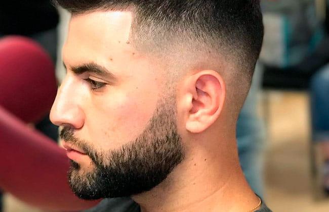 hombre con estilo de corte de barba degradada