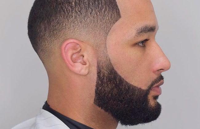 hombre con estilo de corte de barba delineada