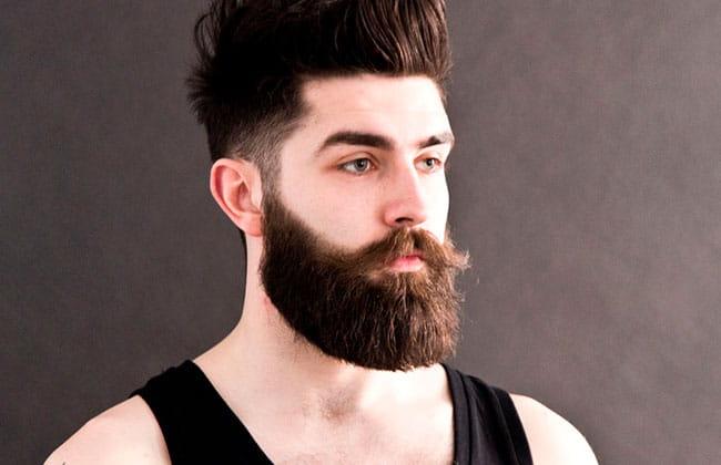 hombre con estilo de corte de barba verdi
