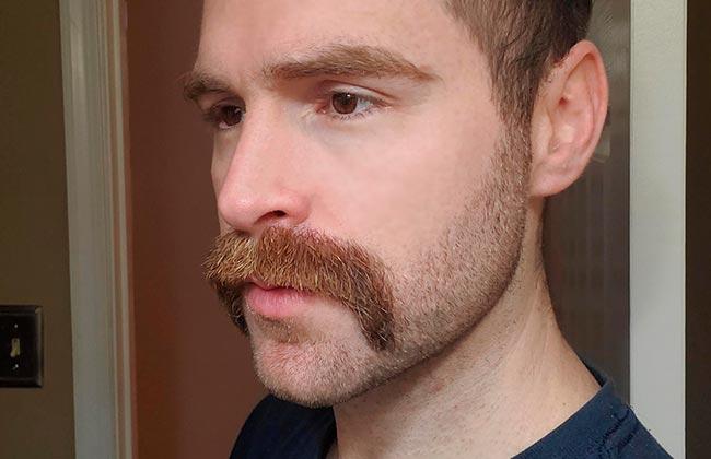 hombre con estilo de corte de barba zappa