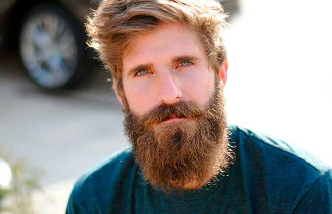 hombre con estilo de corte de barba garibaldi
