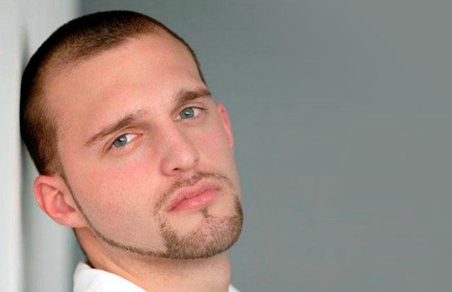 hombre con estilo de corte de barba linea delgada