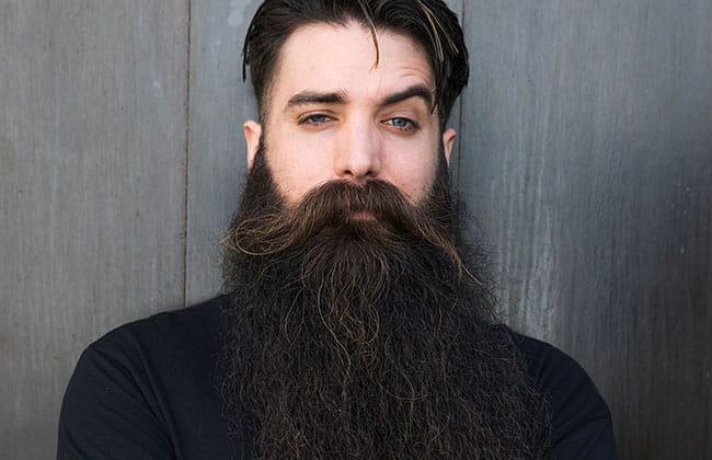 hombre con estilo de corte de barba vikinga