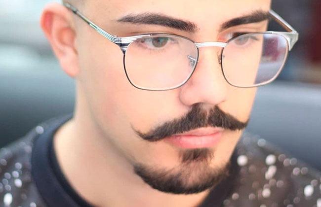 hombre con estilo de corte de barba van dyke