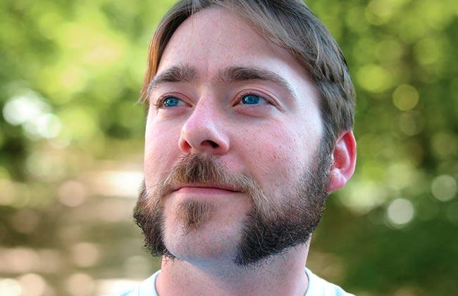 hombre con estilo de corte de barba mutton corto