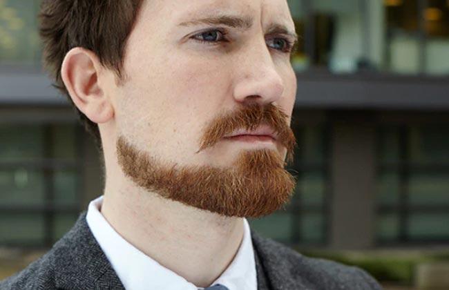 hombre con estilo de corte de barba perilla extendida