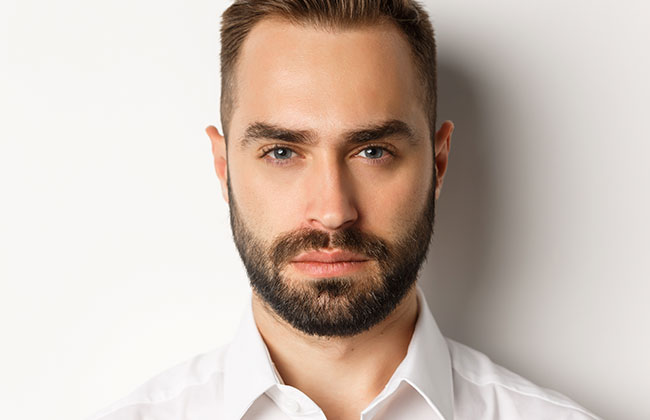 hombre con estilo de corte de barba sombreado mediano y largo
