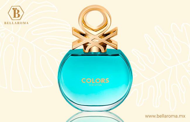 frasco del perfume benetton colors blue en fondo tropical