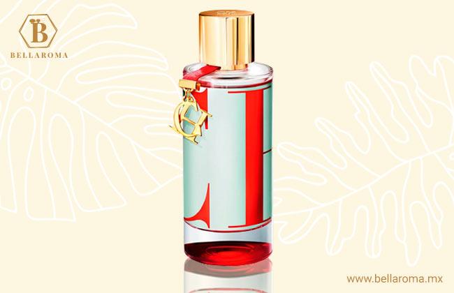 frasco del perfume versace dylan blue en fondo tropical